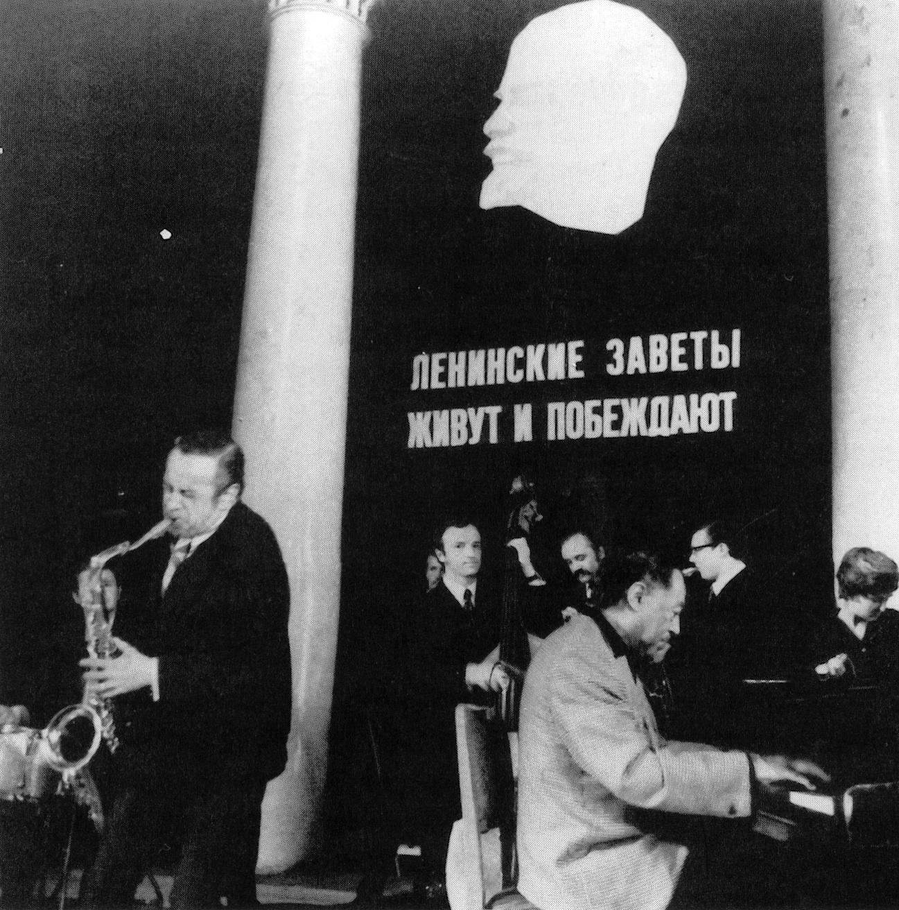 p. 403, Russie 197, Bœuf avec Gonsalves et des musiciens locaux sous le regard de Lénine, X, Coll. Christian Bonnet