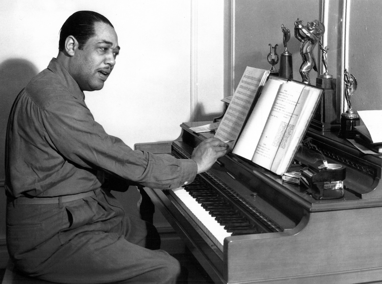 "Duke Ellington composant au piano en 1946 in ""Duke Ellington"" Scott Yanow p. 74"