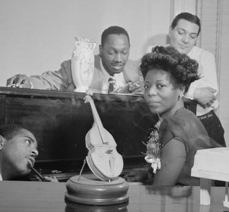 p. 183, Mary Lou Williams, entourée de Dizzy Gillespie, Tad Dameron et Jack Teagarden, 1947, William Gottlieb