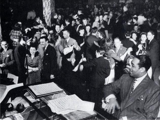 p. 197, Duke au piano devant la piste de danse du Hurricane Ballroom, 1943, X, Coll. Philippe Baudoin