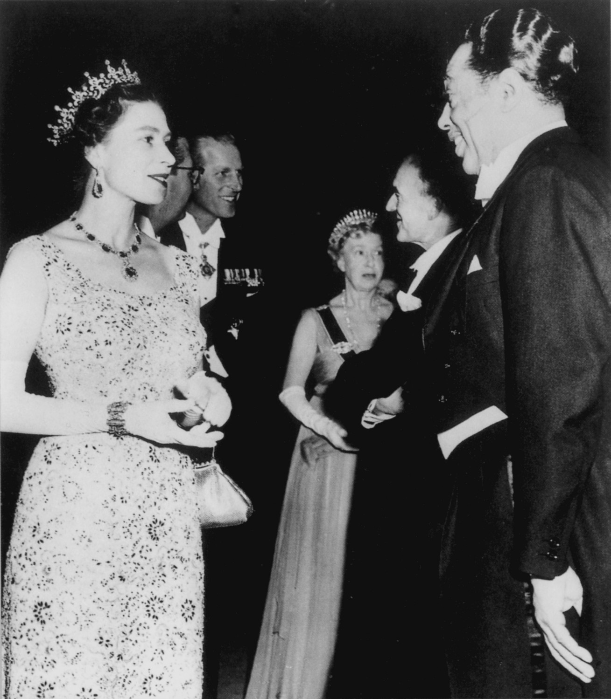 p. 124, Avec Elizabeth II d'Angleterre, Leeds, Angleterre, 1958, X, Coll. Christian Bonnet