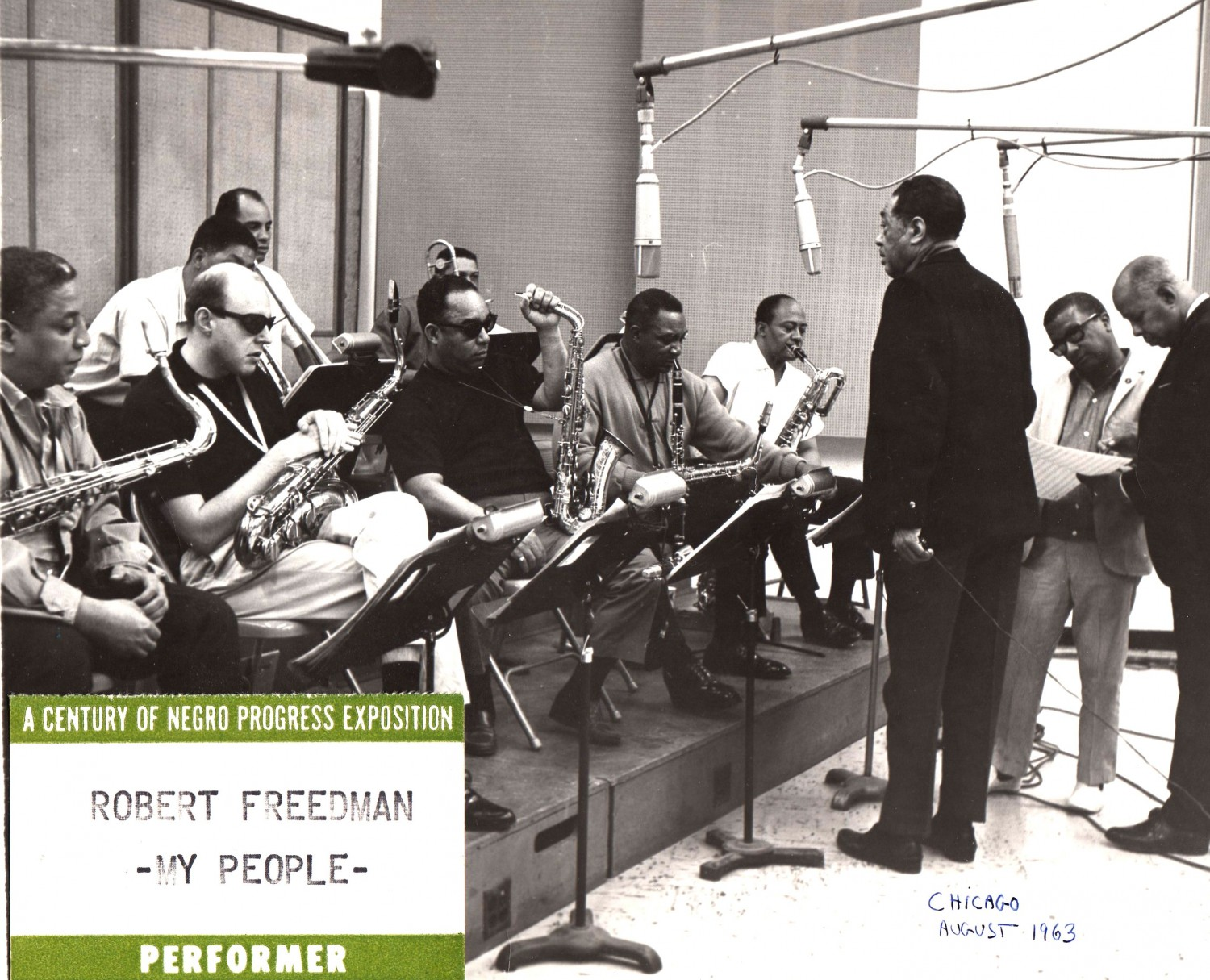 p. 125, Une section de saxes inédite pour l'enregistrement de My People, Chicago, août 1963 : Harold Ashby (ts), Bob Freedman (ts), Russell Procope (as), Rudy Powell (as) et Pete Clarke (bar) ; faisant face, le maestro, Billy Strayhorn et Tom Whaley., X, Coll. Bob Freedman
