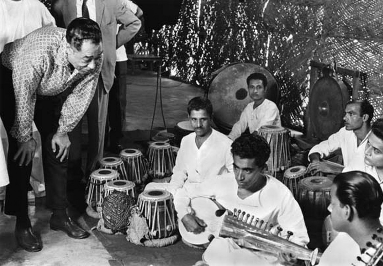 p. 196, Avec des musiciens traditionnels locaux, New Dehli, Inde, septembre 1963, X, Coll. Christian Bonnet