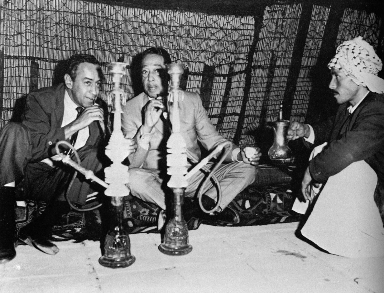 p. 356, Pratique de coutumes vernaculaires avec Paul Gonsalves et un initiateur local, Ctesiphon, Irak, novembre 1963, X, Coll. Philippe Baudoin