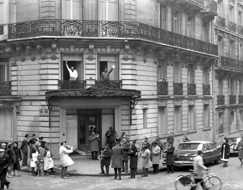 Duke & Louis Armstrong à l'Hotel de la Tremouille Paris. Duke compose la musique du film «Paris Blues» (Martin Ritt) et «Turcaret» «pour Jean Vilar, Louis a donnéŽ deux réŽcitals au Palais des Sports. Comme àˆ la Nouvelle-OrlŽeans, des musiciens noirs et blancs, leurs amis parisiens du Blue Note et du Mars-Club font une jam session devant leurs fenêtres.